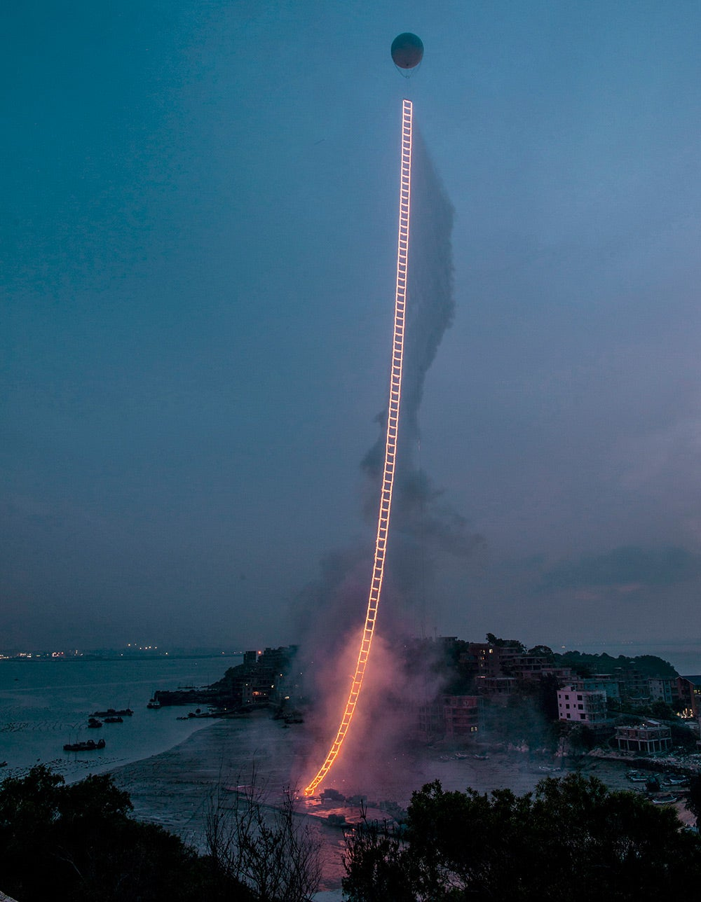 "Dit is ""The Sky Ladder"", een 1.650-voet ladder van vuur klimmen in de lucht van Quanzhou, China"
